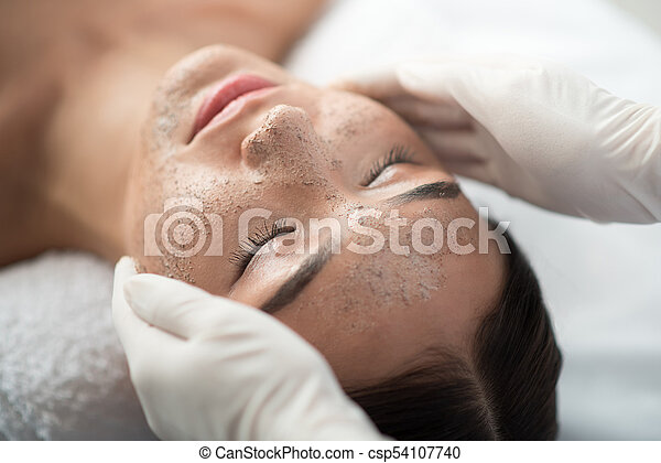 aplicando, esteticista, esfregar, cara fêmea - csp54107740