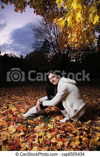 bonito, outono, mulher, jovem, park. - csp6505434