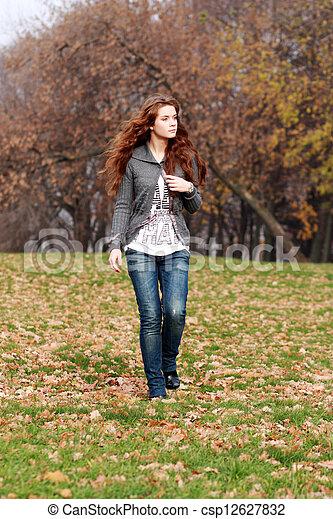 bonito, outono, mulher, parque, jovem - csp12627832