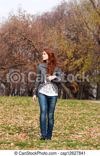 bonito, outono, mulher, parque, jovem - csp12627841