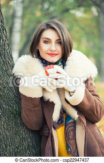 bonito, outono, mulher, parque, jovem - csp22947437