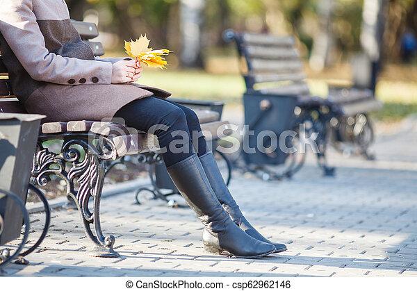 bonito, outono, mulher, parque, jovem - csp62962146