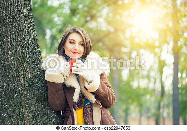 bonito, outono, mulher, parque, jovem - csp22947653