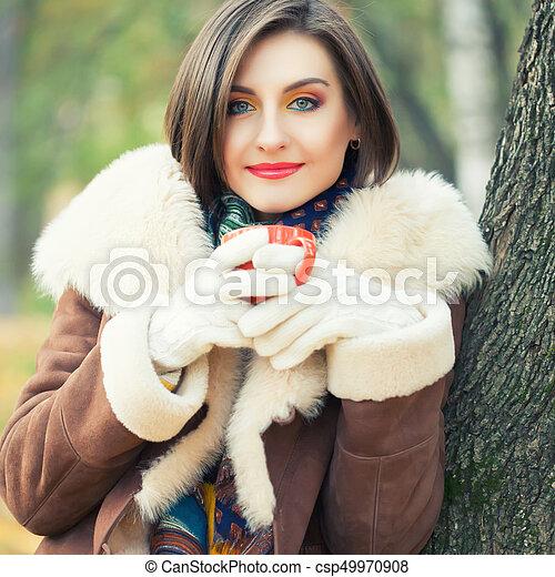 bonito, outono, mulher, parque, jovem - csp49970908