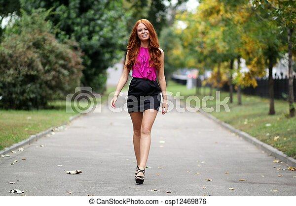 bonito, outono, park?, mulher, jovem - csp12469876