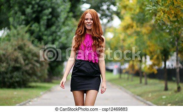 bonito, outono, park?, mulher, jovem - csp12469883