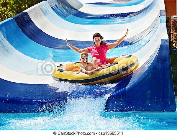 corrediça água, criança, mãe, aquapark. - csp13665511