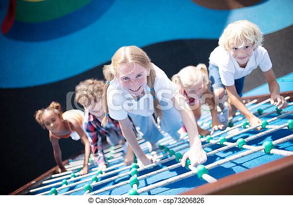 crianças, enquanto, ao ar livre, atividades, desfrutando, escalando, cordas - csp73206826