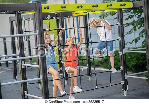 crianças, olhar, excitado, escalando, pátio recreio, ao ar livre - csp85235517