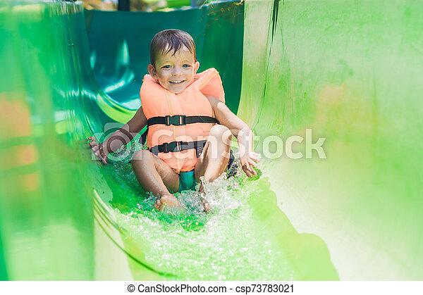 deslizamentos, menino, escorregar, parque, água, baixo, casaco, vida - csp73783021