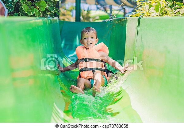 deslizamentos, menino, escorregar, parque, água, baixo, casaco, vida - csp73783658