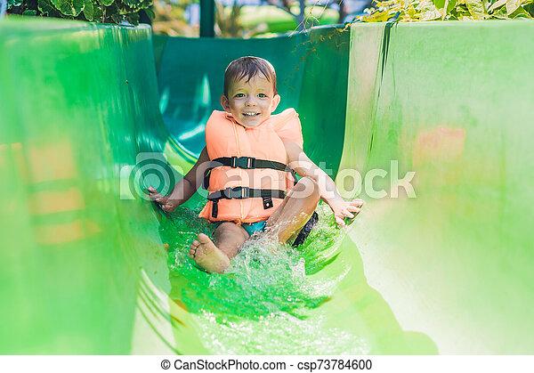 deslizamentos, menino, escorregar, parque, água, baixo, casaco, vida - csp73784600