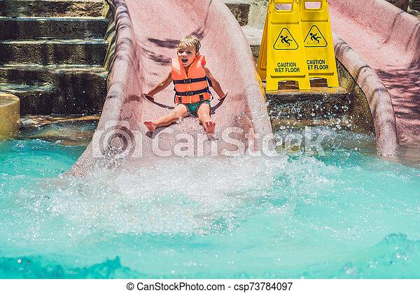 deslizamentos, menino, escorregar, parque, água, baixo, casaco, vida - csp73784097