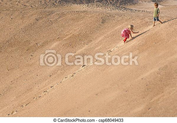 dia verão, areia, dune., escalando, crianças - csp68049433