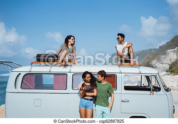 furgão, relaxante, telhado, hipster, retro, amigos menina - csp62887825