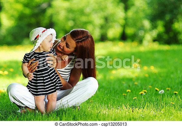 grama verde, filha, mãe - csp13205013