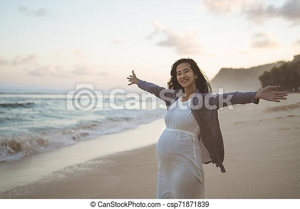 mãe, estendido, plataformas, dela, braços - csp71871839