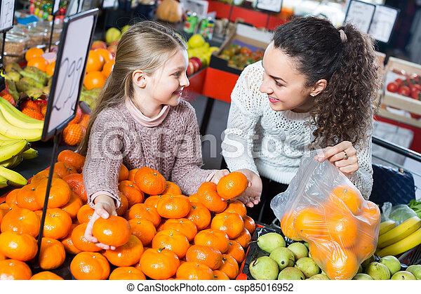 menina, pequeno, mulher, comprando, fruits. - csp85016952