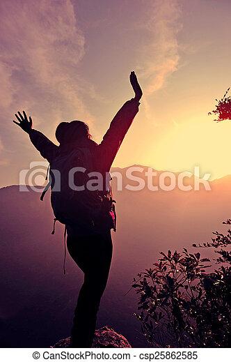 montanha, mulher, braços, hiker, pico, abertos - csp25862585