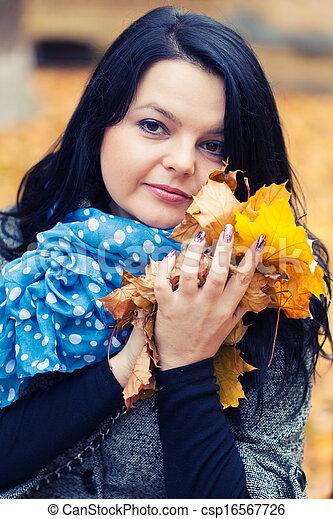 mulher, bonito, jovem, parque, outono - csp16567726