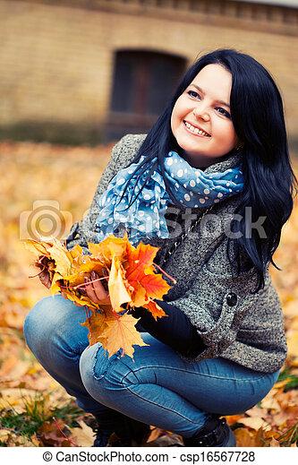 mulher, bonito, jovem, parque, outono - csp16567728
