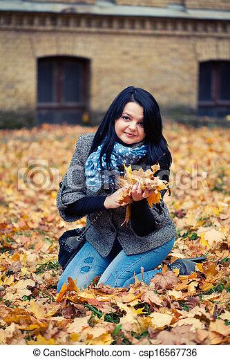 mulher, bonito, jovem, parque, outono - csp16567736