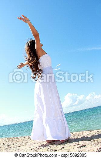mulher, dela, relaxante, braços abertos, liberdade, desfrutando, praia - csp15892305