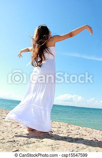 mulher, dela, relaxante, braços abertos, liberdade, desfrutando, praia - csp15547599