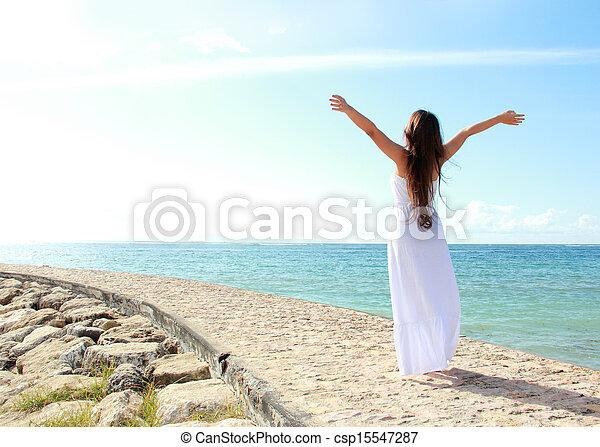 mulher, dela, relaxante, braços abertos, liberdade, desfrutando, praia - csp15547287