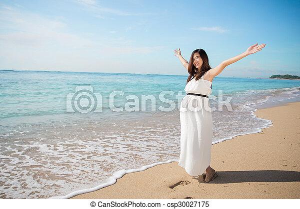 mulher, grávida, praia, braços, asiático, desfrutando, abertos - csp30027175