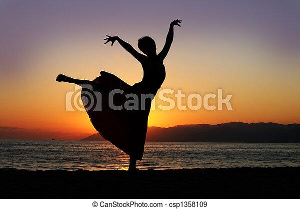 mulher, pôr do sol, dançar - csp1358109