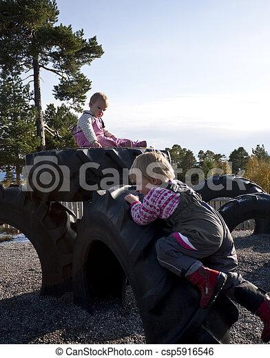 pequeno, escalando, pneumáticos, crianças - csp5916546