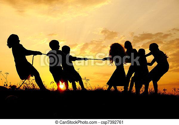 prado, grupo, silueta, pôr do sol, verão, tocando, crianças, feliz - csp7392761
