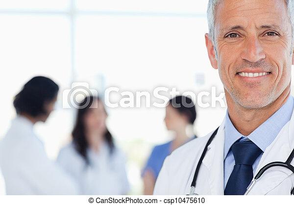 seu, doutor, internos, sorrindo, atrás de, ele, médico - csp10475610